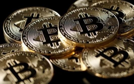 Bitcoin : Nabilla mise en garde par le gendarme des marchés