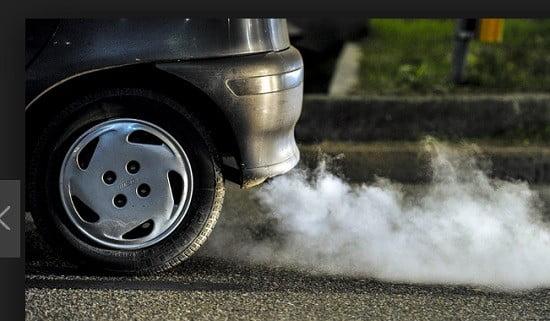 Une voiture polluante.