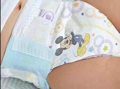 Un bébé en couche culotte