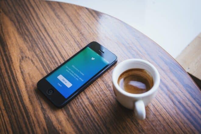 Application Twitter sur smartphone et café