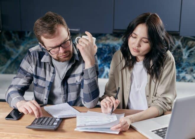 Couple qui fait un dossier de crédit