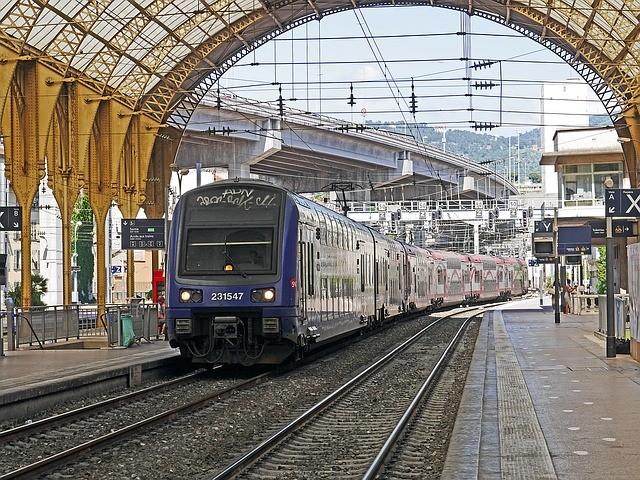 Un train en gare. Image d'illustration