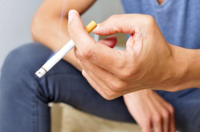 Photo d'illustration. Un homme fumant une cigarette