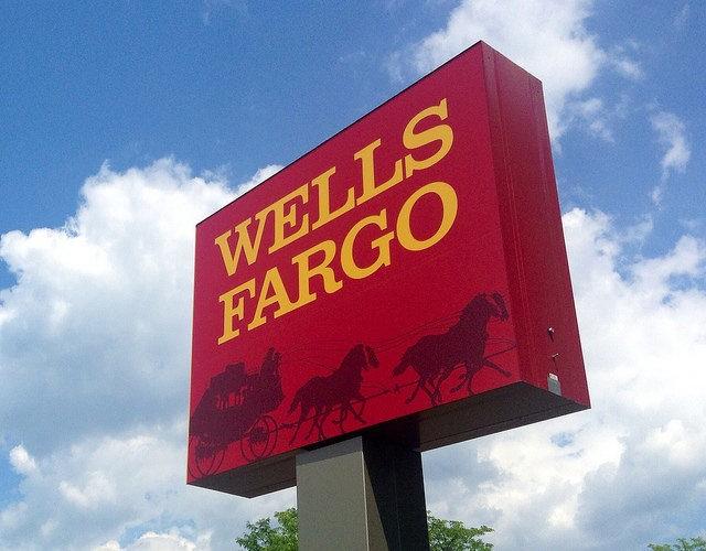 Un panneau de la banque Wells Fargo